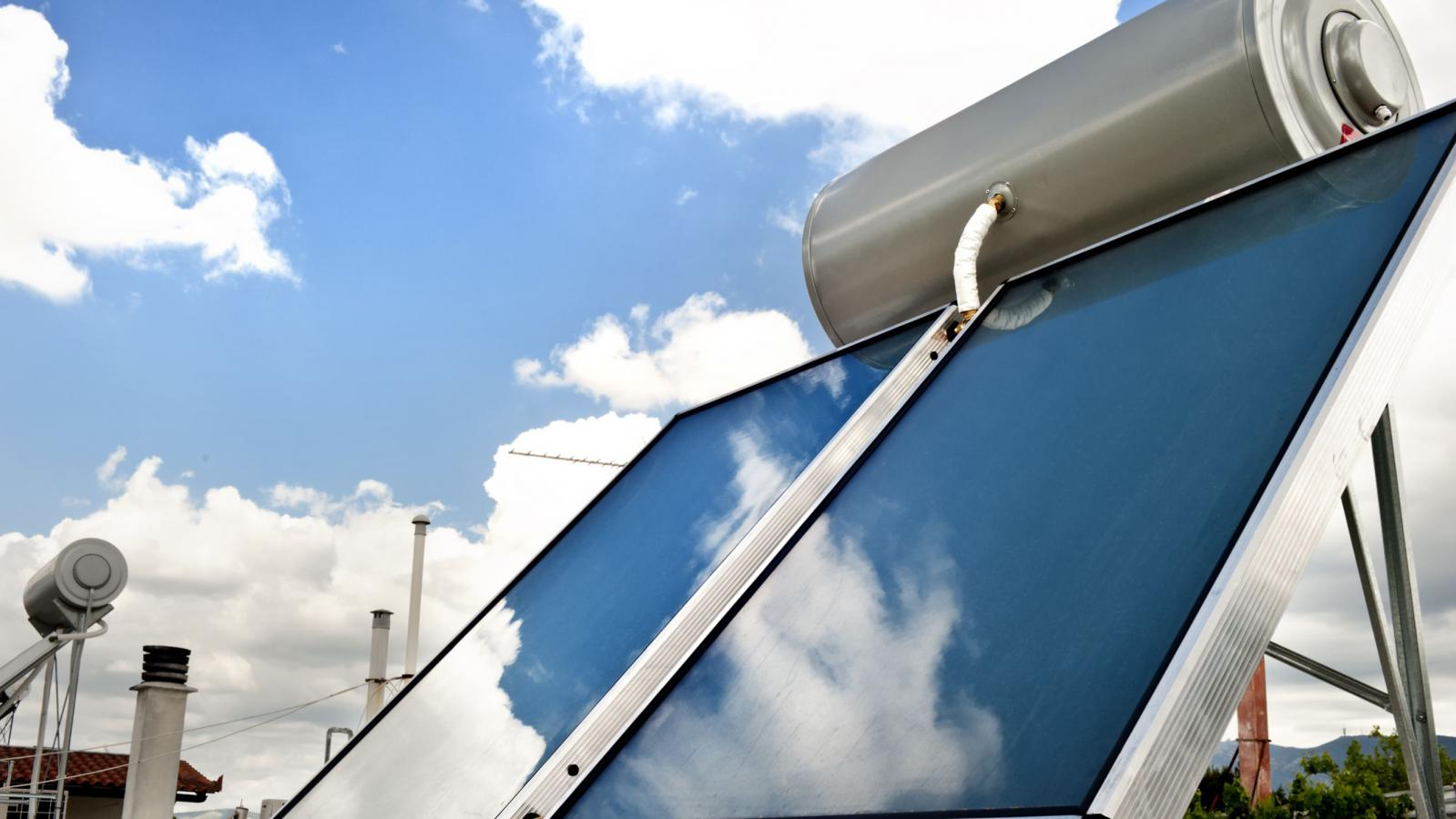O ηλιακός θερμοσίφωνας αποτελεί μία απόλυτα ορθή επιλογή για μια κατοικία ώστε να αποκτήσει αυτή, εύκολα και απλά, ζεστό νερό χρήσης.